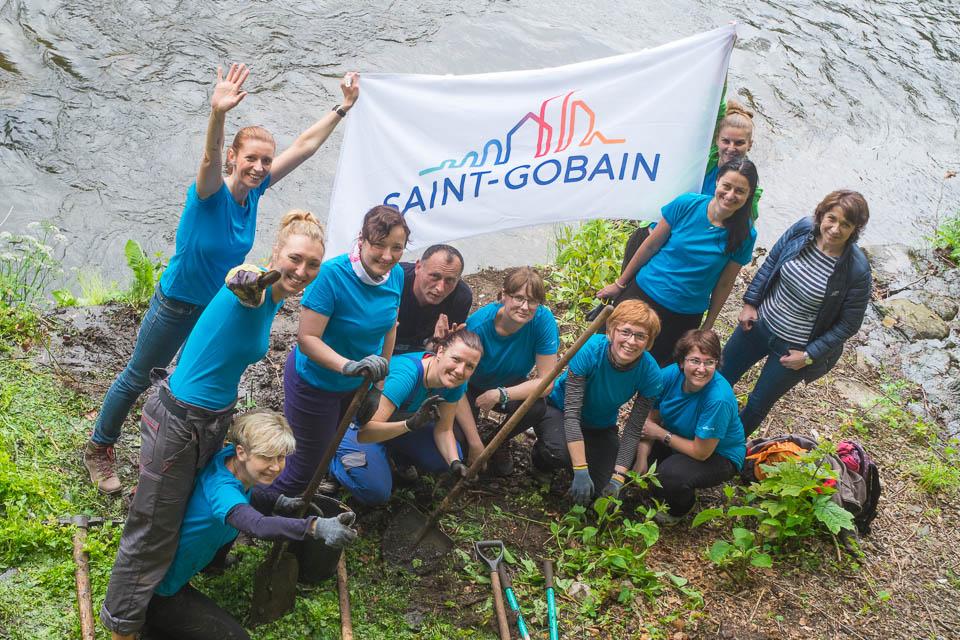 Dobrovolníci ze Saint-Gobain na jesenické náplavce
