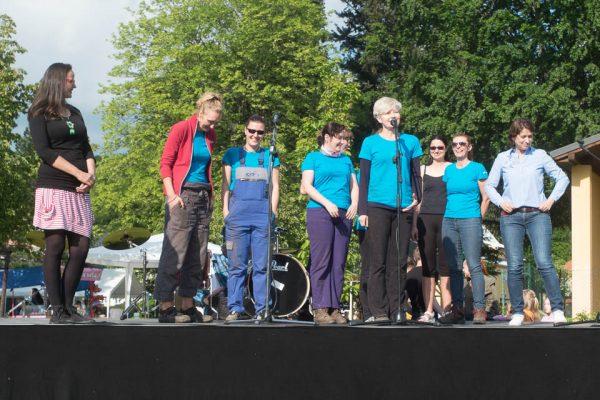 Poděkování dobrovolníkům na Sousedské slavnosti (vlevo Martina Seidlerová ze spolku Sudetikus, vpravo místostarostka města Jeseník Zdeňka Blišťanová)